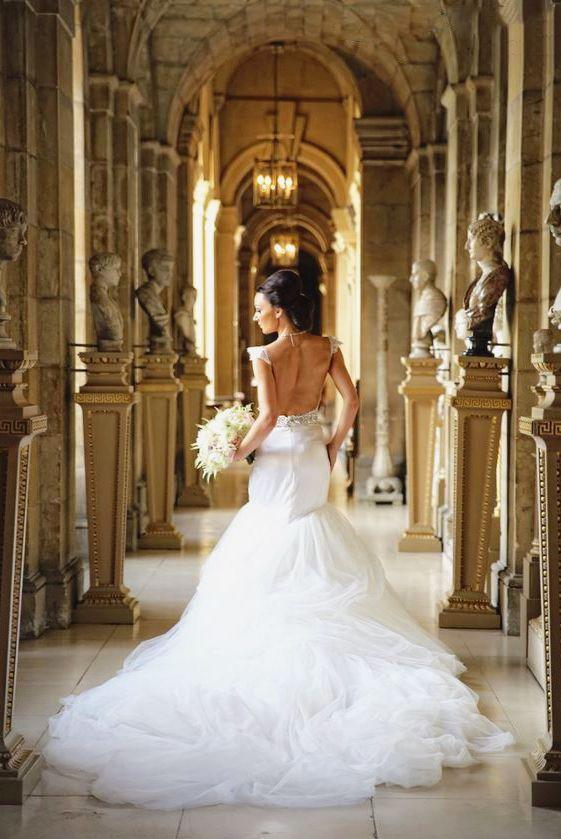 This Zahavit Tshuba gown is demonstrating the definition of classic elegance!
