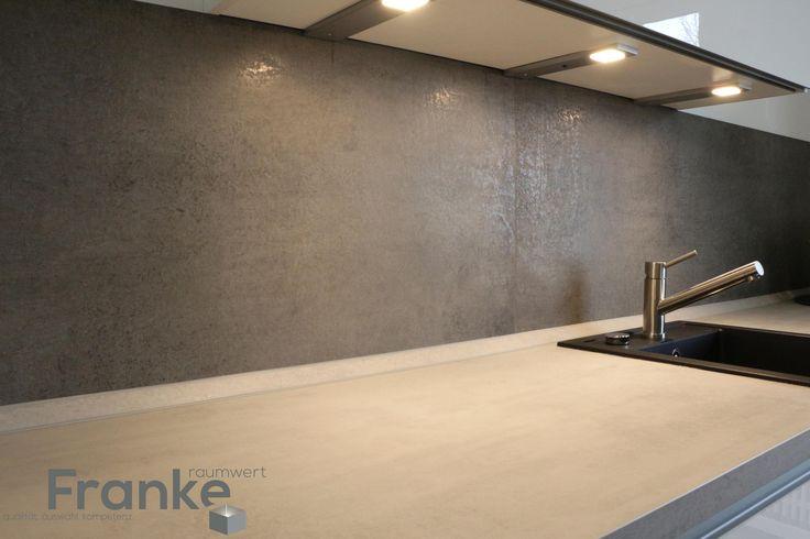 Moderne Küche im Betonlook. Durch die minimalistischen Fugen ist das Großformat…