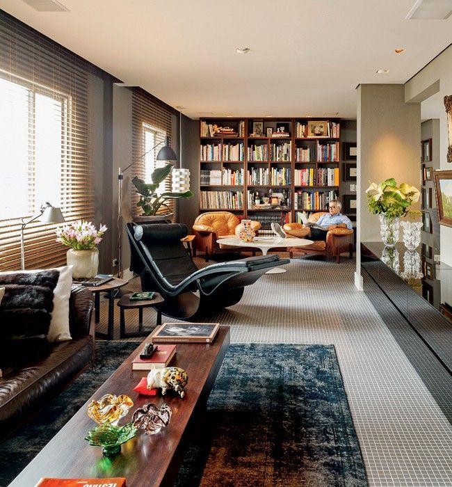 No apartamento do arquiteto Ricardo Caminada, com decoração da designer de interiores Tota Penteado, o destaque é para a chaise Rio, de Oscar Niemeyer, e para as poltronas e o sofá assinados por Jorge Zalszupin - herança da família de Caminada.