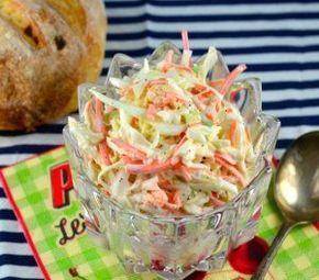 Salada de repolho e cenoura com molho cremoso 200g de repolho ralado 200g de cenoura ralada 2/3 xícara de maionese 1/4 xícara de açúcar 3 colheres de sopa de leite 2 colheres de sopa de vinagre 1/2 colher de chá de sal 1/4 colher de chá de pimenta
