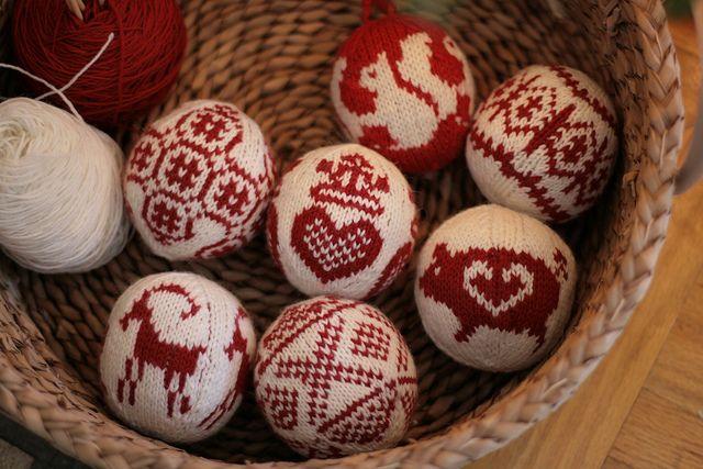 christmas balls by postscript love, via Flickr - Pattern: Julekuler by Arne & Carlos Yarn