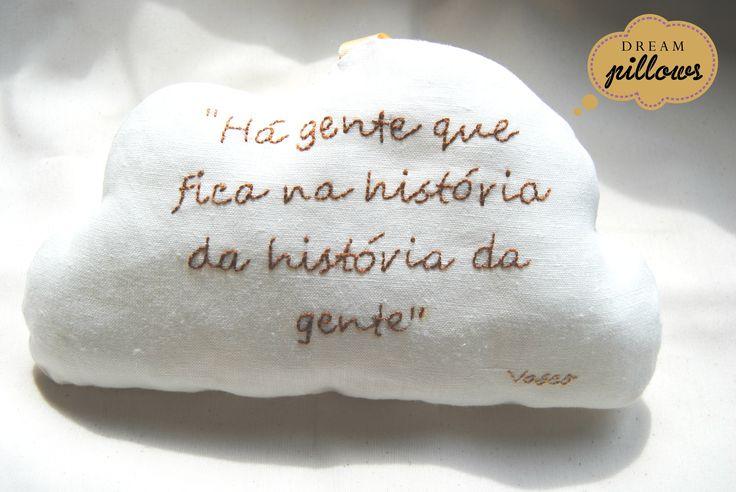 Na verdade a letra é de um fado da Mariza, tem muito significado para a Joana, mãe do Vasco... E quem vai receber este presente?  A pessoa que fez o Vasco vir ao mundo: a parteira NUDIZ bordada à mão em tecido 100% linho
