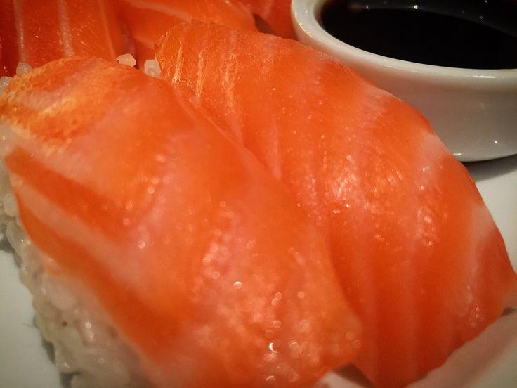 https://flic.kr/p/F8YLXx | Nigiri de salmón | Nigiri de salmón. koketo.es/portfolio/nigiri-de-salmon