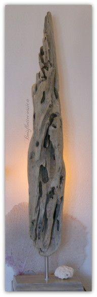 Sculpture éclairée en bois flotté.
