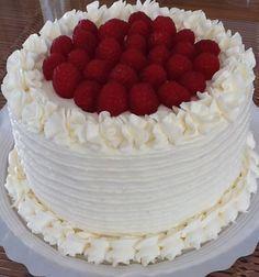 Una de las estrellas de las tartas norteamericanas es sin duda la American Red Velvet. La primera vez que laví en California no me llamó la atención, quizás porque no estaba acostumbrado a las tartas tan altas ( layer cakes )y las coberturas tan completas de queso y mantequilla. Hasta que un día decidí probarla …
