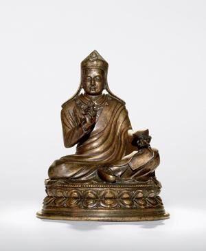 莲花生 创作年代 14~15世纪 尺寸 高15.5cm 估价 480,000 - 550,000 HKD 成交价 -- 作品分类 佛教文物其它 作品描述 藏中 铜合金 莲花生,乌仗那国人,是西藏前弘期对佛教在吐蕃产生和发展进程中最为重要的佛教大师之一,也是宁玛派所崇奉的大圆满祖师。吐蕃王室佛教徒巴赛囊从尼泊尔迎请寂护入藏弘法,后因为受到苯教势力的排挤,寂护被遣返尼泊尔,他遂与当时的吐蕃赞普建议迎请莲花生进藏。莲花生入藏之后,以咒师的神通力降服了众多苯教信徒,因此得以使佛教在苯佛之争中占据了上风。在赞普的支持下,他为西藏建立有史以来的第一座寺院桑耶寺,开始组织译经并授徒传法,在西藏弘扬显密教法。然而,苯教徒不甘心失败,于是在反佛势力的撺掇之下,赞普宣布在敦喀尔召开了一个佛苯辩论会,莲花生和寂护等人作为佛教一方针对教法之优劣而对苯教势力展开了激烈辩论,最终取得了辩论胜利,因此下令兴佛灭苯,从财物布施和政治地位两方面支持佛教事业的发展。使得佛教在雪域高原得以生根发芽,并最终成为主流的宗教信仰。由于他对藏传佛教所作的巨大贡献,受到和后弘期各宗派的共同敬仰。…