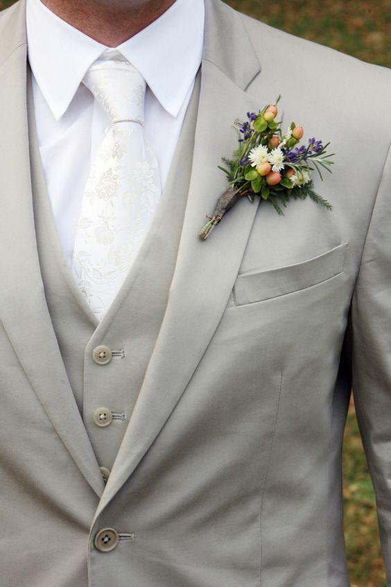 白ネクタイにグレーベージュのエレガントなスタイル☆ オーセンティックでシンプルな新郎衣装の一覧。