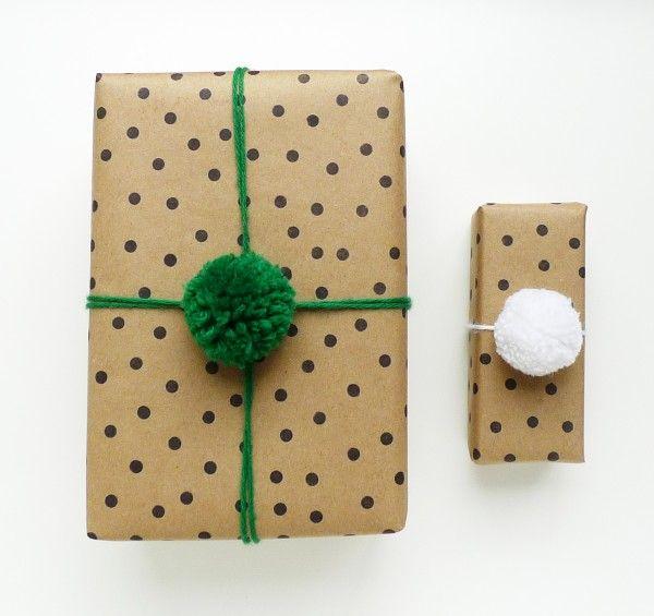 Des pois et des pompons = emballage cadeau original  http://www.homelisty.com/emballage-cadeau-original/