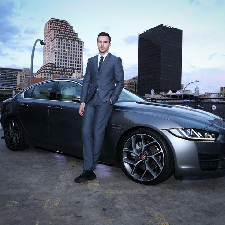 Una coppia #sempreunica? Nicholas Hoult, che interpreta Bestia in X-men, e la Jaguar a cui ha fatto da testimonial #autounica