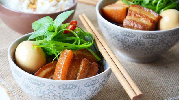 Kolikrát řešit názvy receptů je větší peklo, než je uvařit. Například tento výborný recept na klasické vietnamské jídlo. Našli jsme několik názvů, které odlišují jen drobnosti. Thịt kho tàu? Thit kho tieu? Thịt kho trứng?