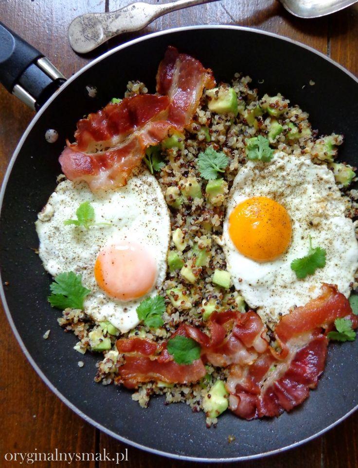 Quinoa z awokado, chrupiącym boczkiem i jajkiem sadzonym