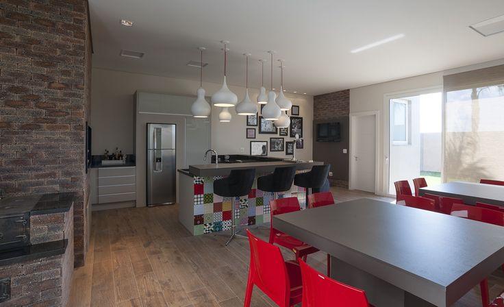 Deu vontade de criar um espaço em casa para receber em grande estilo? Essa proposta da Virtu Arquitetura com mobiliário S.C.A. pode ser uma bela inspiração. Aposte!
