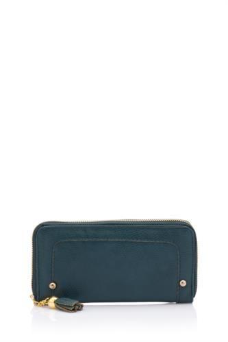 Klasik tasarımı ve kullanım kolaylığı ile tercih edebileceğiniz, farklı renk alternatiflerne sahip klasik bayan cüzdan.