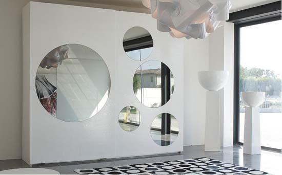 Armarios con espejos de burbujas. Muchas veces espejos y armarios se unen y aparecen armarios con espejos incorporados, que convierten una pieza de mobiliario útil en un elemento decorativo práctico marcando un estilo diferente a tu dormitorio.
