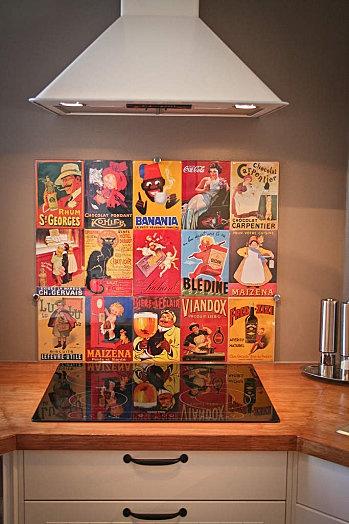 Crédence de cuisine réalisée avec affiches métalliques + plaque de verre sécurit (anciennes pubs : Banania, Vache qui rit, petit Lu ...) Facile à faire, à entretenir et résistante