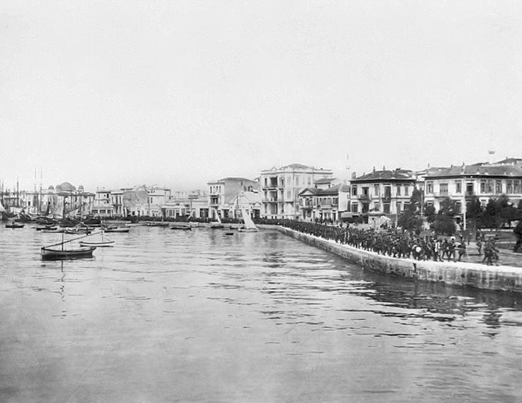 Στρατιώτες σε πορεία στην παραλία τον Απρίλιο του 1919. Φωτογραφία του Αυστραλού υπολοχαγού του τμήματος πολεμικών αρχείων Lieutenant William James