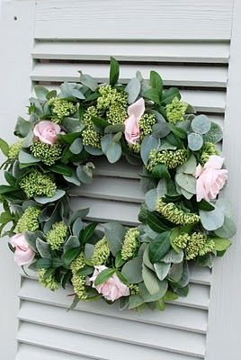 Vita Ranunkler: Blommor Eucalyptus seeded wreath with soft pink roses - charming!