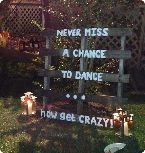This outdoor wedding sign is a fun and easy DIY! We can't get enough of these ideas!