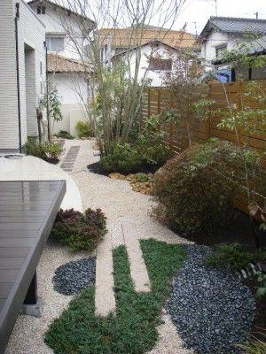 曲線で広さを演出!砂利敷きの庭