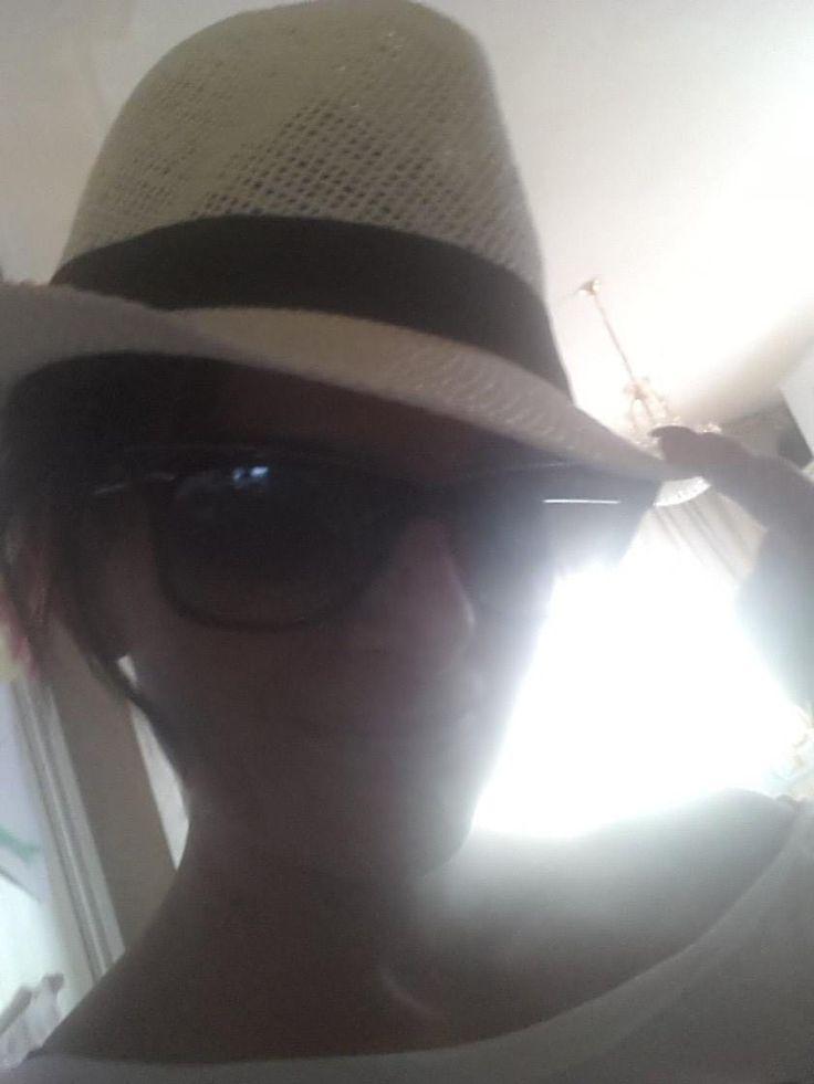 #scattalafaccia vacanziero con paglietta per Ramona, che si lamenta dello scarseggiare degli scatti in questo periodo. Ha ragione!