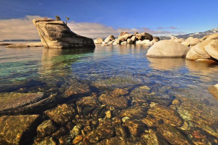 El lago Tahoe es un gran lago de agua dulce en la Sierra Nevada del occidente de los Estados Unidos, en la frontera entre California y Nevada. El lago es famoso por su agua muy limpia y trasparente así como por su conocido centro de Sky.