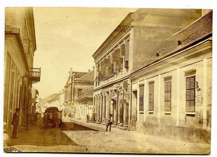 Somogyi utca, háttérben a fekete ház, 1872-ben, még a nagy árvíz előtt.