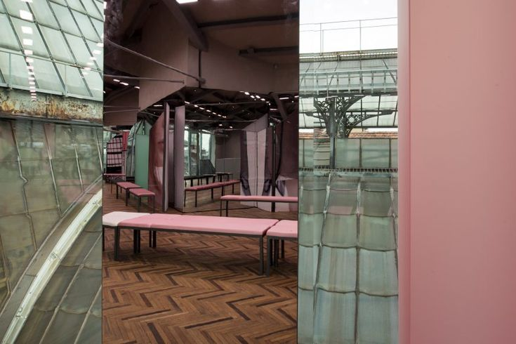 Seated on a linear arrangement of simple steel-framed benches upholstered in black and pink fabric, the audience was orientated so that they had a clear view of the Galleria's cupola.