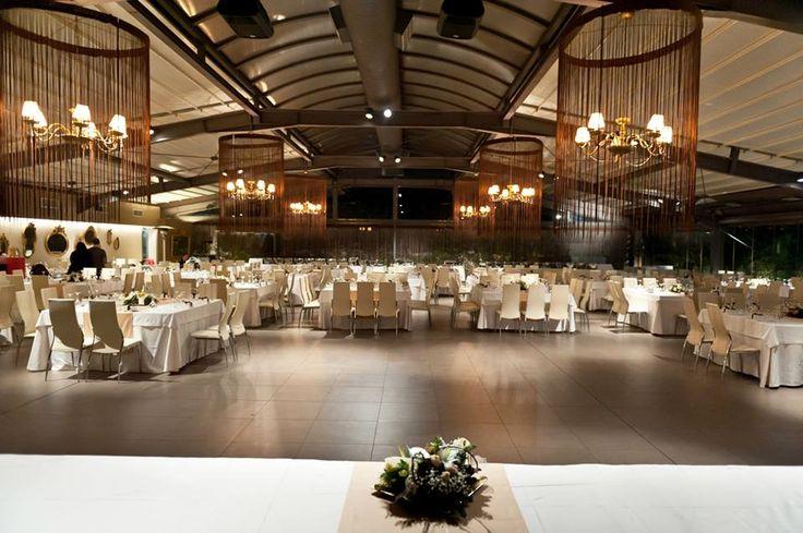 Από το νυφικό τραπέζι, η θέα είναι ανεμπόδιστη προς όλα τα τραπέζια, την πίστα και τους καλεσμένους