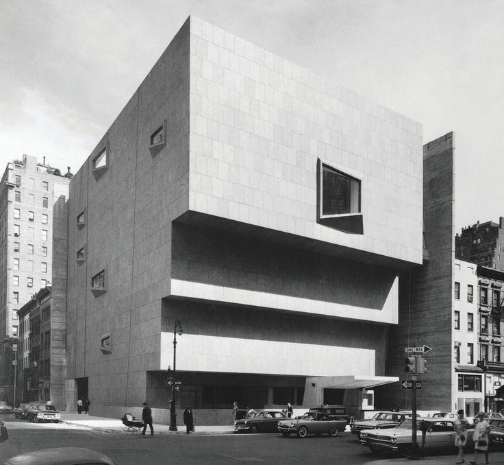 Баухаус- австрийского архитектора Марселя Брейера в 1966 году на Мэдисон-авеню и 75-й улице размещались Музей американского искусства Уитни пока галерея не переехала в новый дом, спроектированный Ренцо Пиано.