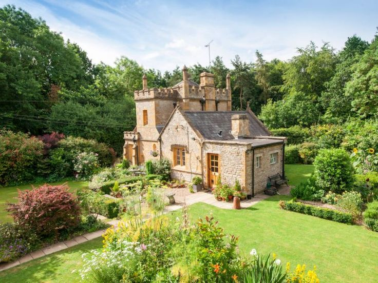 Cute castle! Molly's Lodge in the Cotswolds, England
