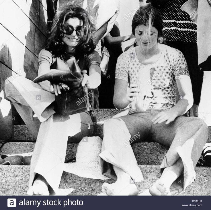 jacqueline-kennedy-onassis-and-daughter-caroline-kennedy-shaking-sand-C13EH1.jpg 1,300×1,295 pixels