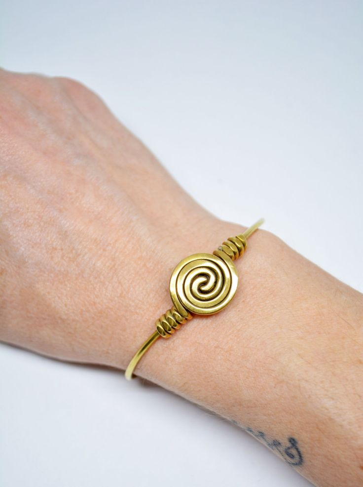 Wire Spiral Adjustable Brass Bracelet Spiral Motif Boho Bracelet Brass Cuff Bracciale in Ottone Gift for Her Valentine Gift February Finds di EdoCollection su Etsy