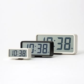 SEIKOの時計も無印の時計も、どの角度からも時間が綺麗に確認出来る仕様なのでまさに瓜二つ。 違いはSEIKOが電波時計なのに対して無印は電波ではないことくらいです。 実はカレンダーも見られるようになっているというぬかりなさ。