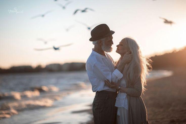 Un photographe saisit un magnifique couple de personnes âgées pour montrer que l'amour transcende le temps | ipnoze