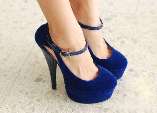 Me encantan los zapatos azules!!!  De hecho tengo azul de todos los tipos y grados !!