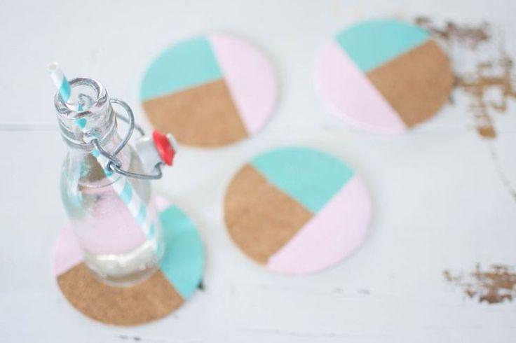 Dei sottobicchieri in sughero colorati da usare per feste o compleanni