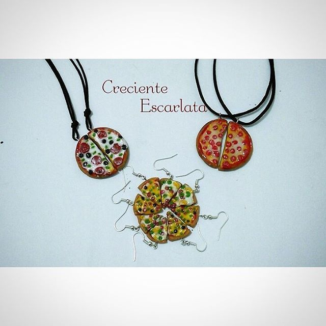 Collares y aretas de pizza. Disponibles Precio: Collares 9.000 $ C/U Aretas: 10.000 $ el par Envíos para todo el país. Modo de pago por Bancolombia. Material: Porcelana fría con resina de gemelos. Técnica: Modelado Whatsapp: (57)+ 319 277 21 13 #handmadework  #pizza  #accesorios  #accesoriosvarios  #food #modelados #handmadecraft  #necklaces #earings  #collares #food  #crecienteescarlata  #modelistas  #realista  #realism  #craft #artesanal  #manualidades  #italianfood  #hungry  #aretas…