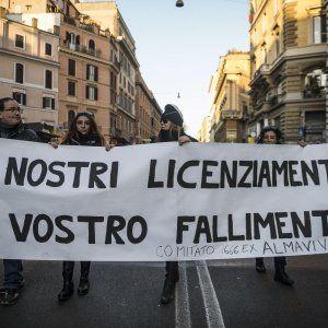 """Crisi Almaviva a Roma le testimonianze: """"Adesso come potrò sposarmi? E il mio collega torna dai suoi a 48 anni"""" #lavoratori #salari #tasse #roma #stipendo #INPS"""