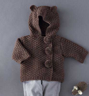 Le spiegazioni in italiano per fare un maglioncino modello giacca, ai ferri, con cappuccio e orecchie da orsetto. Al posto dei bottoni ci sono dei morbidi pom pom in tinta. Simpatico e caldo è adatt