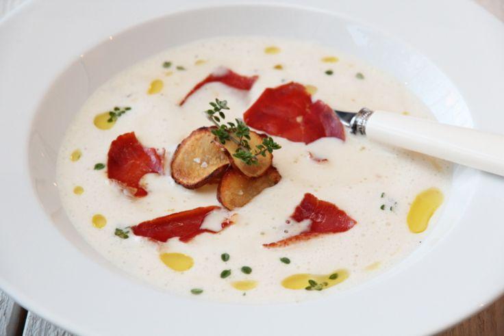 Kremet jordskokksuppe med sprøstekt spekeskinke