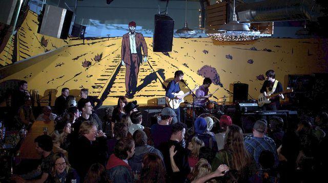 Les Mimicking Birds en concert au Bunk Bar, dans un décor inspiré de Paris Texas.