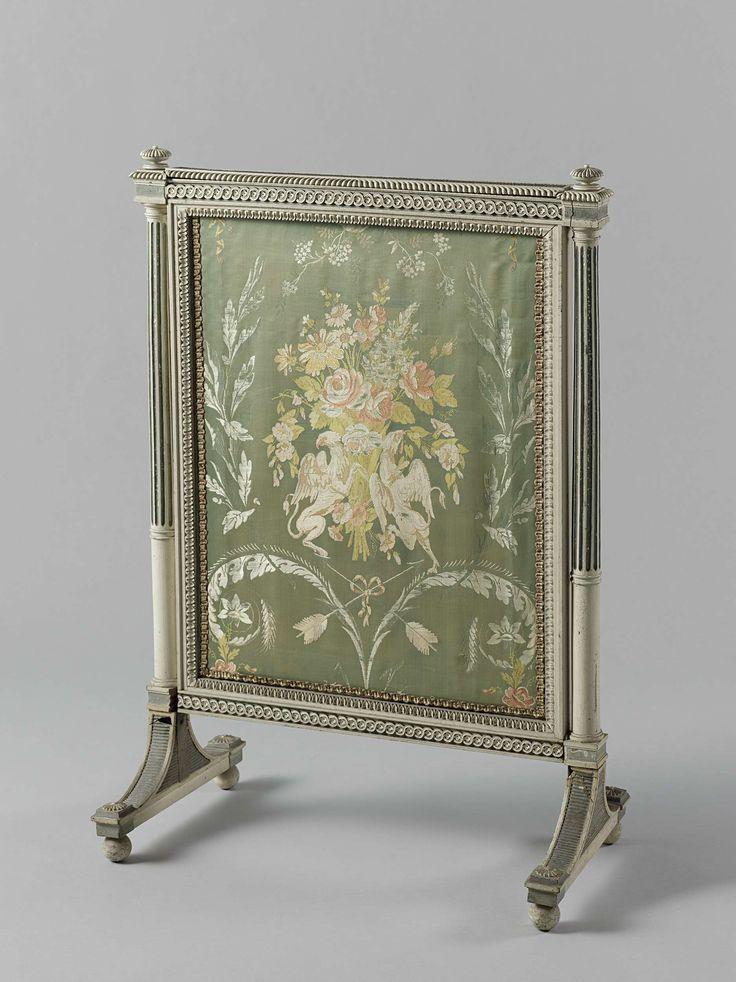 Anonymous | Vuurscherm, Anonymous, Abraham van der Hart, c. 1793 - c. 1795 | Vuurscherm van het Kops-ameublement, met een uitschuifbaar bord. De bekleding toont op lichtblauwe satijnen grond een boeket, temidden van florale motieven en gehouden door twee griffioenen; hieronder zijn gekruiste pijlen met strik aangebracht. Het scherm rust op een dubbel gebogen voet en heeft op de hoeken vrijstaande Toscaanse zuilen met gladde onder- en gecanneleerde bovenschacht. Dorpels met gestoken…