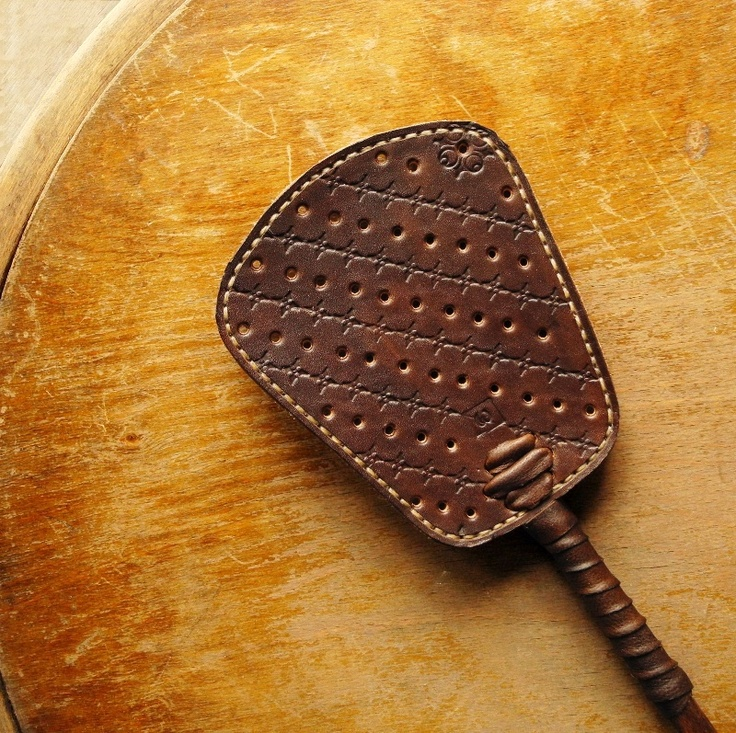 Čekám! (plácačka) Čokoládově hnědá plácačka s jemnou světle hnědou kůží na zadku a béžovým prošitím tradičním sedlářským stehem. Celková délka plácačky je70 cm, z toho 13 cm má dopadová ploška. Zpracování je ruční : - barvení - kůže i dřeva - ražba - lepení - děrování - prošívání  Výrobek je ošetřen včelím voskem.  Síla dopadu je ...
