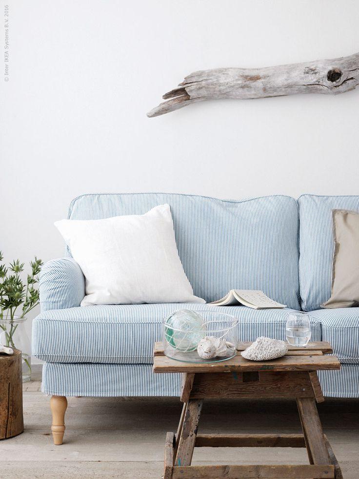 STOCKSUND 3-sits soffa, klädsel Remvallen blå/vit, ljusa träben i massiv klarlackad bok ger den där avslappnat somriga stilen, RVIGDIS kuddfodral, CYLINDER vas/skål i klaglas, IVRIG glas.