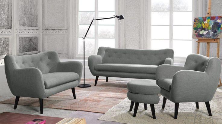 Designerski i nowoczesny zestaw wypoczynkowy posiadający 2 sofy oraz fotel z podnóżkiem. Tapicerowany zestaw wypoczynkowy w kolorze szarym na wysokich nóżkach i pikowanym oparciem.