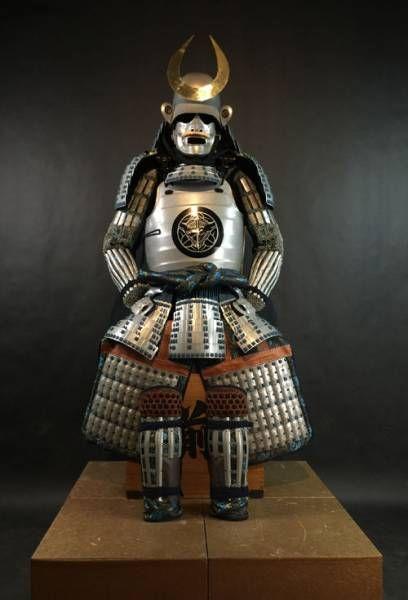 Uno dei più belli che si può desiderare Fatta da de famoso Mitsunin a Kagoshima. Realizzati secondo la vecchia tradizione, quest'armatura reca lo stemma del famoso Uesugi Kenshin Samurai. Uesugi Kenshin era daimyo di Echigo e uno dei più potenti daimyo nel periodo Sengoku Jidai della storia giapponese. La sua base di potere era situato nella regione di Tohoku-nel nord del Giappone.  Un possenti yoroi con dettagli veramente magnifici. Lo splendore e la qualità di questo Yoroi sono veramente…
