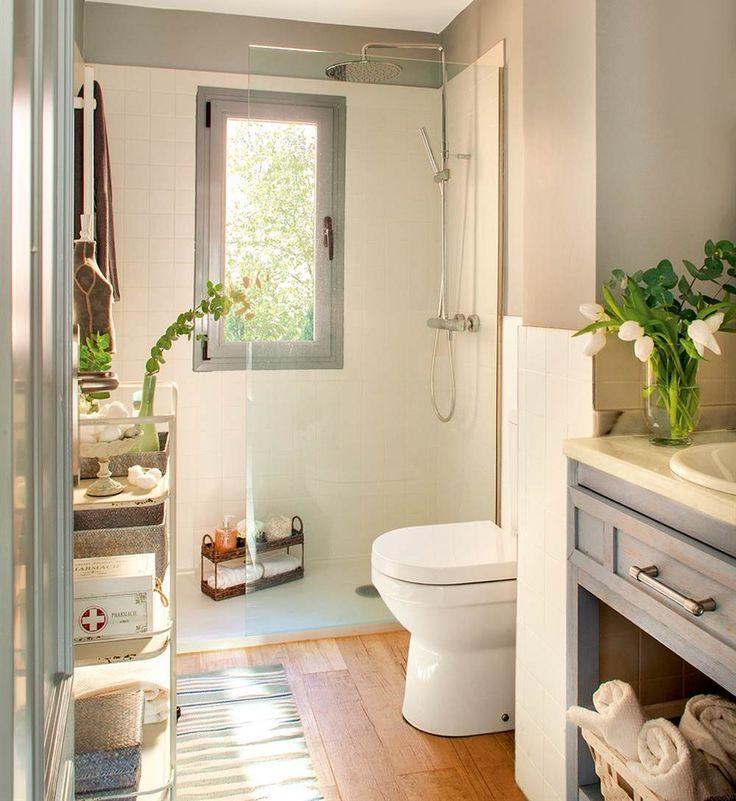 Tres baños pequeños muy bien aprovechados con duchas