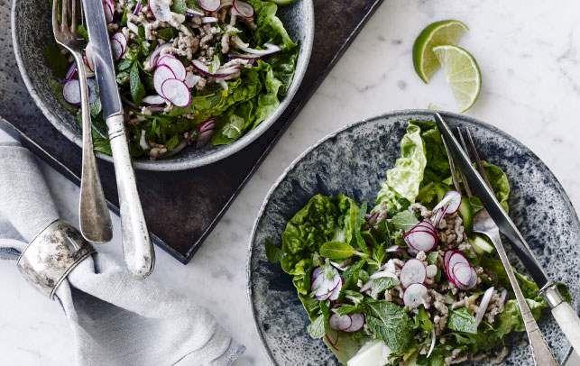 Det lyder måske underligt at bruge hakket svinekød i en salat. Men det er virkelig både godt, nemt og hurtigt!