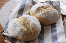 パン&料理 教室in横浜サロンドファリーヌ三谷良子さまより 「マグネシウムなどのミネラル分が高い水は、ミネラル分が白く固まるのでご飯を炊いたりお茶に使ったりは出来ないのですが、パン作りには向いています。特に、ハード系のパン作りには硬水がよいといわれます。 粉の旨みを引き出したり、生地が引き締まったり、外はパリッと中はふんわり仕上がるんですよ。 HEPAR(エパー)と水道水で、パンを作り比べてみました。 砂糖も油脂も加えない生地で実験。写真では分かりにくいですが、同じ条件で生地を作るとHEPAR(エパー)の方が弾力が出ました。焼きあがりはほぼ同じ。手前がHEPER(エパー)使用。見た目に大きな違いはありませんが、粉の味を濃く感じられるのはHEPAR(エパー)を使った方でした。材料の違いで、出来上がりに差が現れるのはとても興味深いです。」 #エパー #超硬水 #hepar #硬水 #hépar #手作りパン #ハードパン #パン #ミネラルウォーター