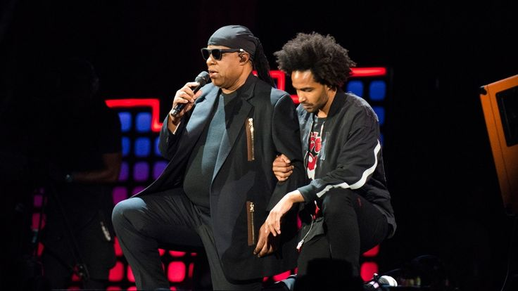 Soulstar Stevie Wonder und sein Sohn knien sich aus Protest gegen den US-Präsidenten Donald Trump während eines Konzerts in New York auf der Bühne nieder.